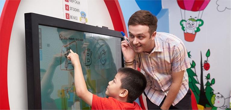 Kết hợp tương tác đa phương tiện (bảng thông minh, dự án tư duy sáng tạo CTP tại Apax Studio) và lớp học trực tuyến (E-learning) giúp tối đa hóa thời gian tiếp xúc của trẻ với môi trường tiếng Anh.