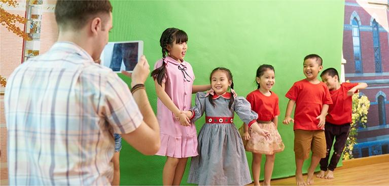Video quay tại Apax về dự án tư duy sáng tạo (CTP) tại Apax Studio, dự án STEAM* và sổ liên lạc trực tuyến giúp phụ huynh cập nhật các hoạt động trên lớp cũng như quá trình tiến bộ của trẻ.  <br/> <br/>  <p style='font-size:14px;'>(*) APAX LEADERS STEAM là chương trình giảng dạy tích hợp Khoa học (Science) – Công nghệ (Technology)- Kỹ thuật (Engineering) – Nghệ Thuật (Arts) – Toán (Maths) giúp trẻ có cơ hội trải nghiệm tiếng Anh trong nhiều lĩnh vực nhằm phát triển kỹ năng, phát hiện năng khiếu và niềm đam mê của trẻ.</p>