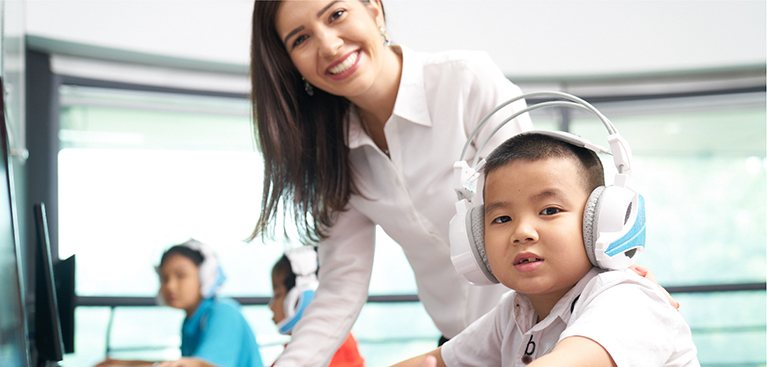Sử dụng tiếng Anh như ngôn ngữ thứ hai trên nền tảng công nghệ hiện đại tích hợp bảng tương tác thông minh & máy tính bảng, hệ thống học trực tuyến (E-learning) và trường quay thu nhỏ (Apax Studio).