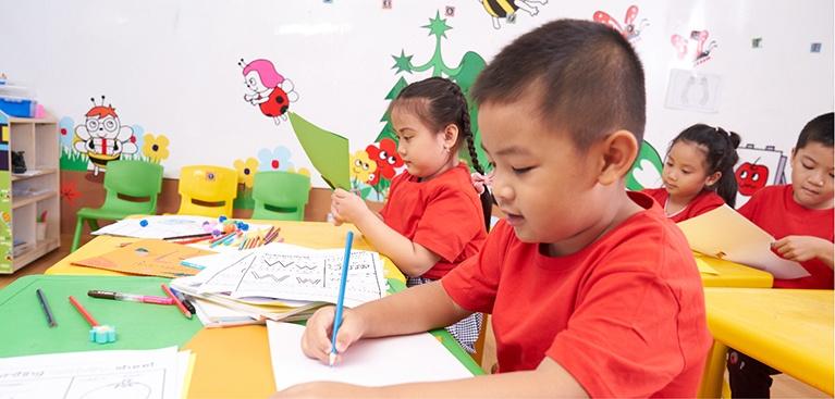 Giáo trình được thiết kế như những tác phẩm nghệ thuật với tranh vẽ tay, màu sắc sống động, bắt mắt,dễ dàng thu hút chú ý của trẻ, Nội dung giáo trình phù hợp với thế giới quan của trẻ mẫu giáo