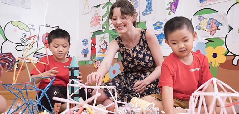 Với phương pháp giảng dạy tích hợp Khoa học (Science) – Công nghệ (Technology)- Kỹ thuật (Engineering) – Nghệ Thuật (Arts) – Toán học (Maths) giúp trẻ phát huy tối đa năng lực sáng tạo, thực hành để nuôi dưỡng đam mê và định hướng tương lai